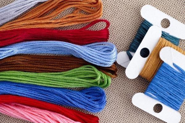 Які бувають нитки для вишивки хрестиком?